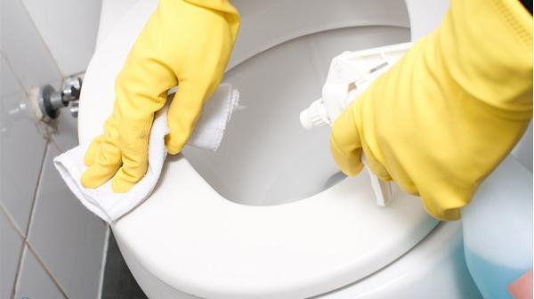 Mẹo nhỏ khi vệ sinh bồn cầu đúng cách không hai da tay