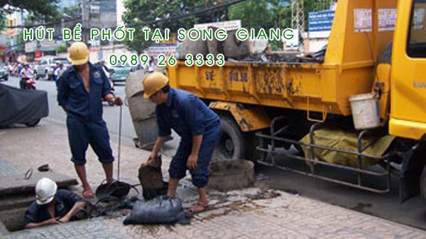 Hút bể phốt tại xã Song Giang